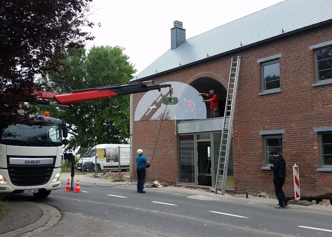 Pose à la grue de fenêtres double vitrage à Charleroi